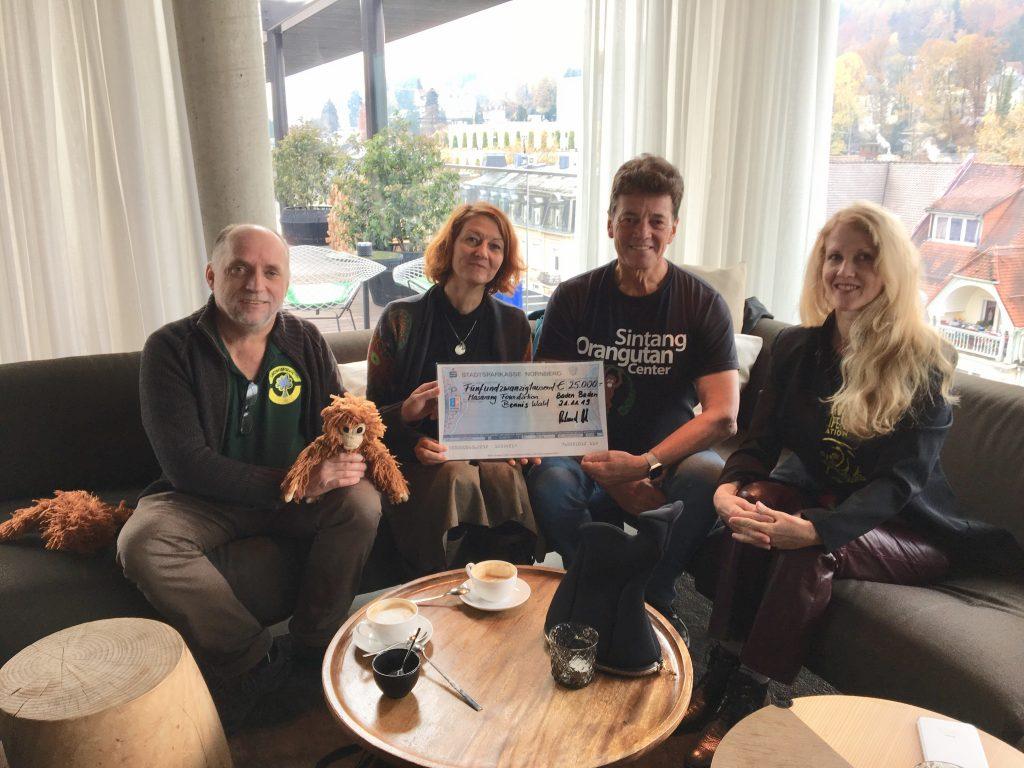 Der Lebensraum Regenwald übergibt Willie Smits ein Spendenscheck für das Projekt Bennis Wald
